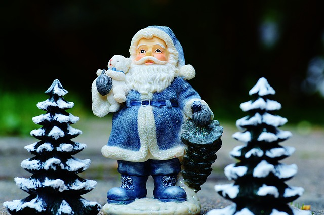 15 Things You Can Sell to Make Money Fast - Christmas decorations are always big sellers