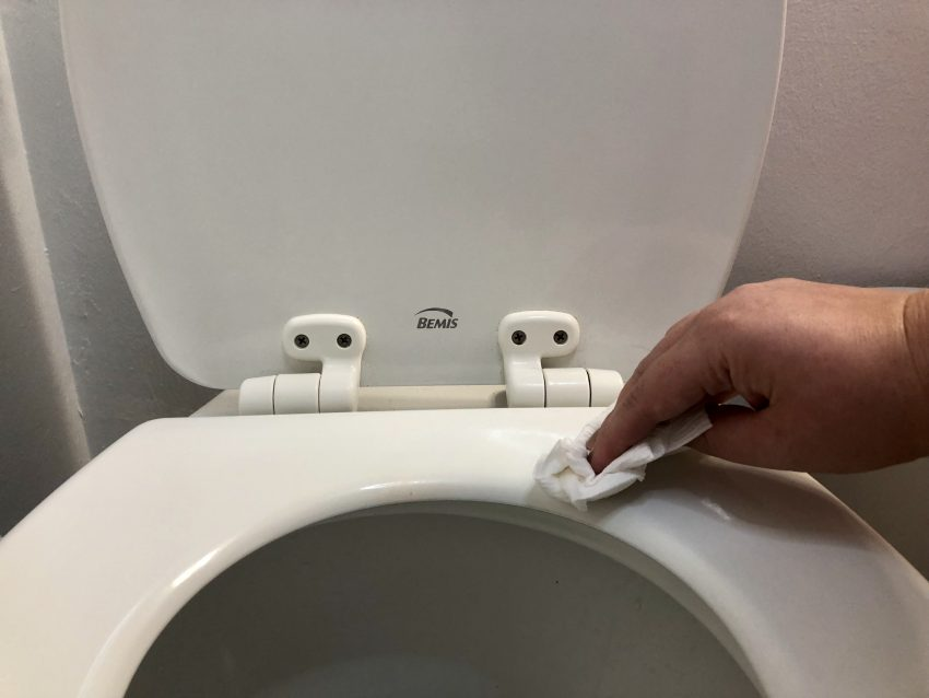 wipin gthe toilet seat frequently keeps must pee scent from lingering